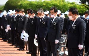 순국선열과 호국영령에게 묵념하는 충북단체장